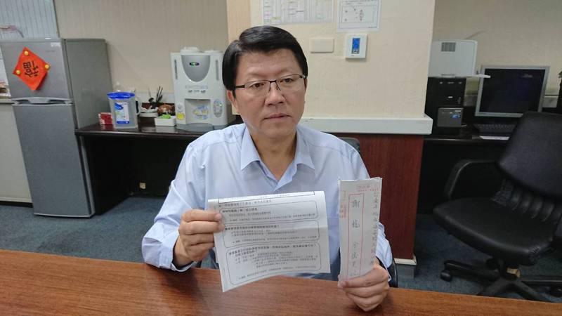 台南市議員謝龍介昨接獲女秘書前夫的陳情書,要求主持公道。記者鄭惠仁/攝影
