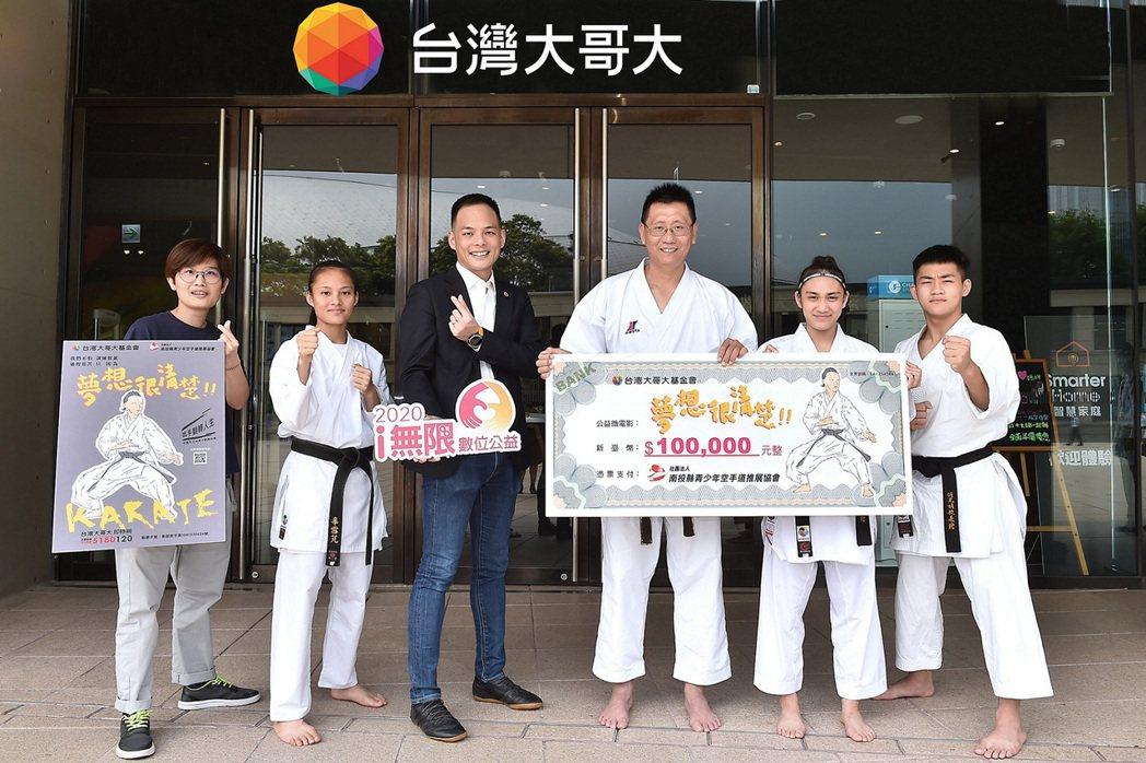 透過「i無限數位公益」的牽線,辜雪芃(左二)、胡鑫(右二)正式加入台灣大體育家族...