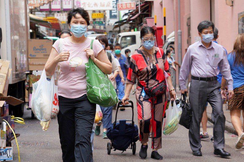 香港疫情緩和,港府即將推出「普及社區檢測計畫」,專家認為,更重要是落實預防措施,否則第四波疫情來得更快、影響人數更多。 (中通社)