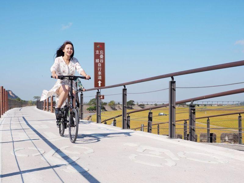 忘憂谷支線全長12.6公里,包括2公里視野較高的堤頂自行車道,沿途可與鐵道比肩,欣賞溪底路水圳風光、忘憂谷美景。圖/中市府觀旅局提供