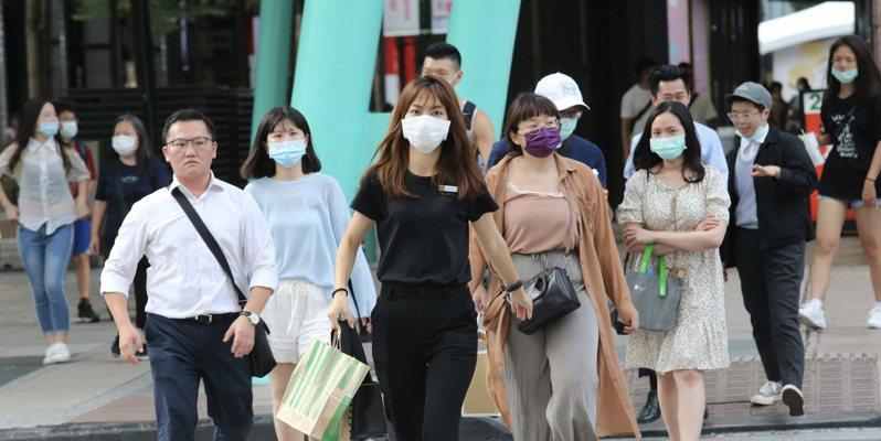 國人戴口罩比率愈來愈低,指揮中心指揮官陳時中宣布,即日起國人進出大眾運輸等八大高風險場所,務必戴口罩。記者黃義書/攝影