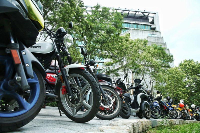 不滿公路總局長期忽略機車族權益及錯誤交通規劃,台灣機車路權促進會日前抗議,許多機車騎士以騎車包圍公路總局。 圖/聯合報系資料照片