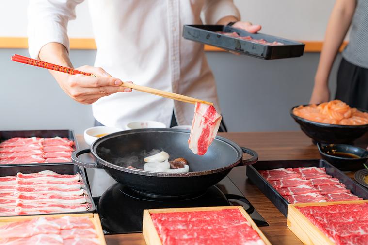 以牛肉來說,飽和脂肪酸越多,肉質就會越硬、越有嚼勁。神戶牛以極嫩的口感聞名,因為...