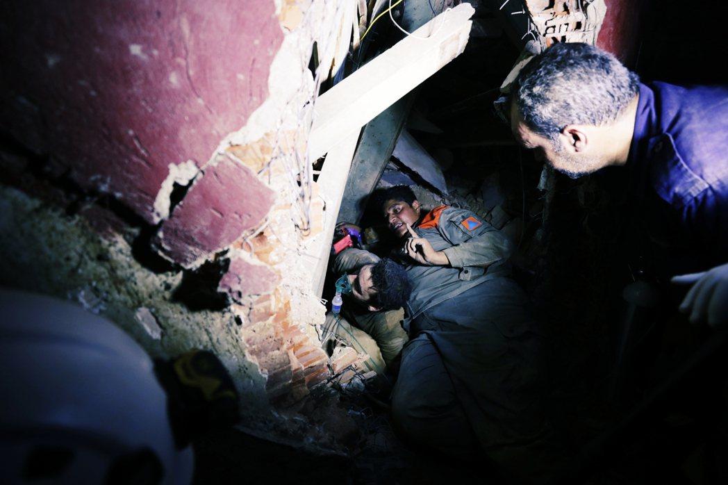 目前遭爆炸波及的區域仍在搶救當中。圖為5日,黎巴嫩警消救援被坍塌建築物困住的民眾...