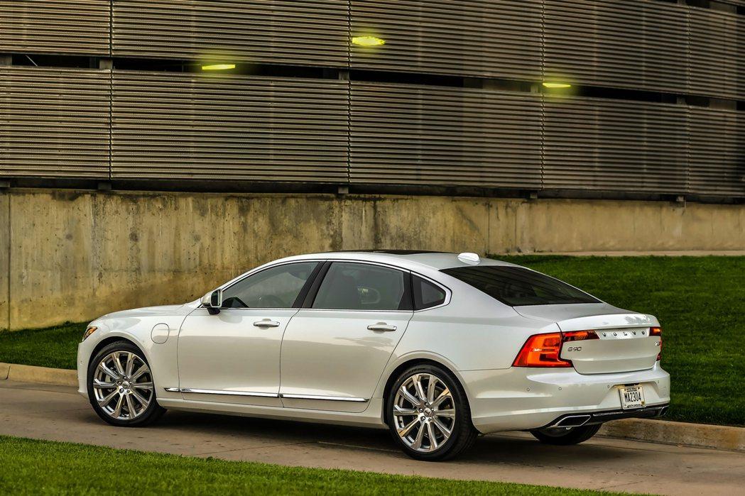VOLVO S90 T8 以北歐豪華美學與頂尖工藝,打造出絕美身形與溫潤質感的車...