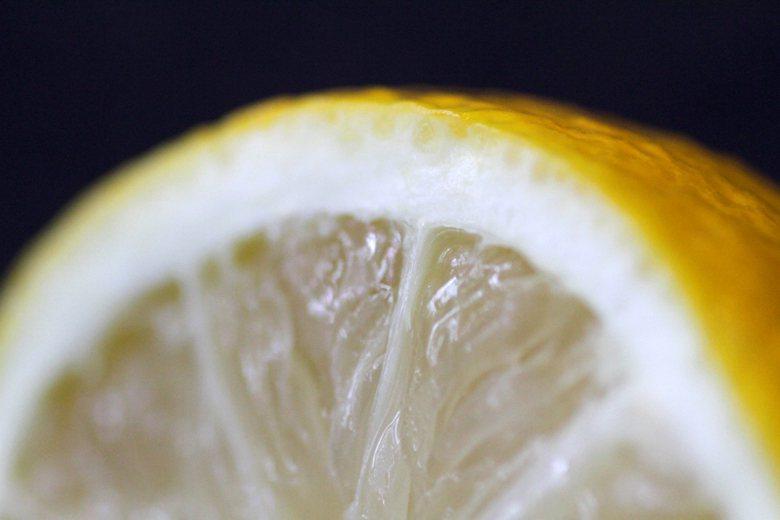 大部分蔬果代謝產物的鹼性都比較強,檸檬、蘋果、豆芽菜、菠菜,這些都是我們經常攝取的鹼性食物。 圖/路透社