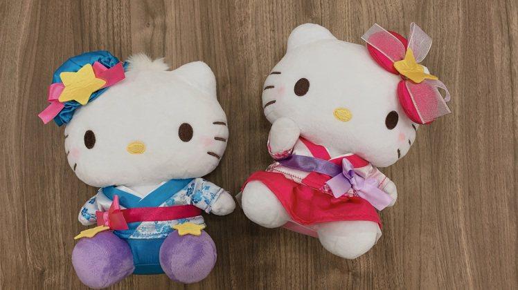 七夕Hello Kitty牛郎織女限定版對偶,售價1,299元。圖/7-ELEV...