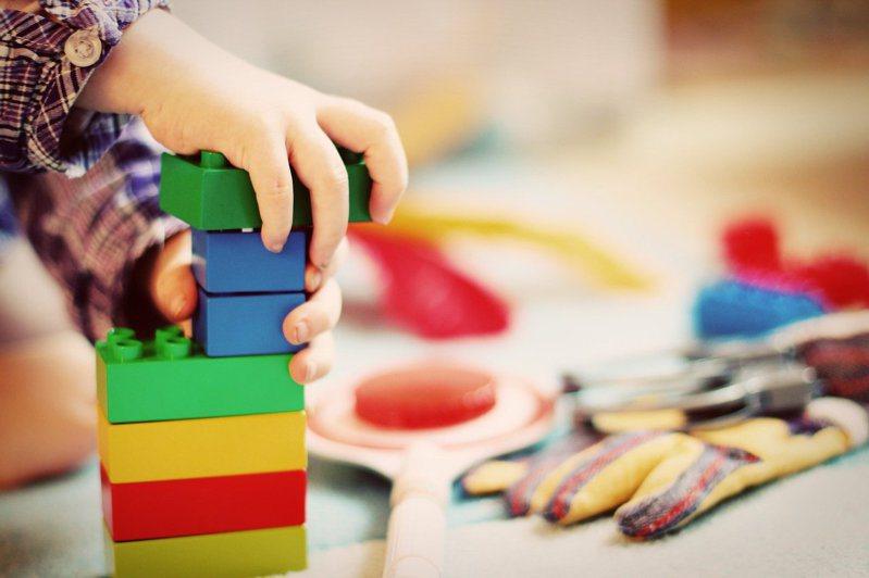網友抱怨工作時遇到恐龍家長,任由小孩亂丟玩具。 圖/pixabay