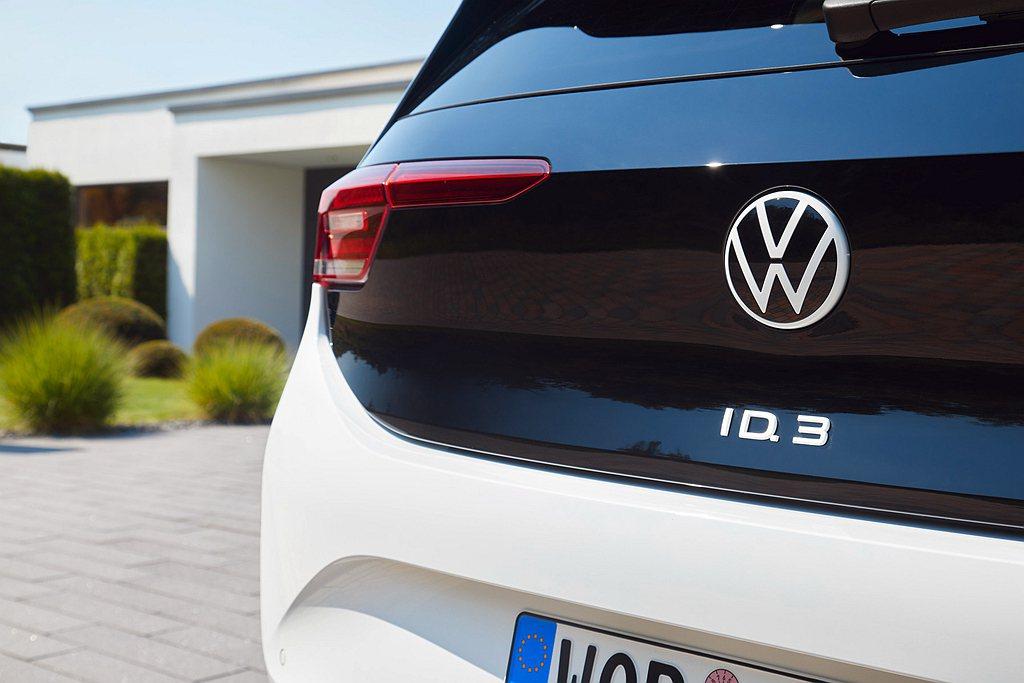 預計在2021年夏天完工的埃姆登電動車廠區,首批電動車將於2022年下線,預計每...