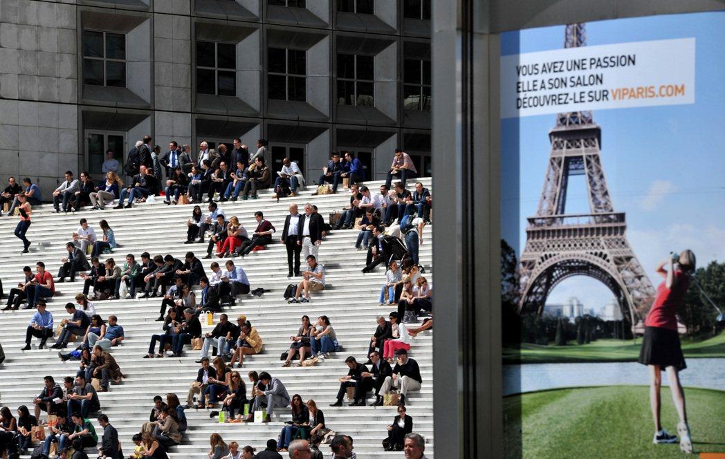 在法國,高中一年的哲學教育以及畢業考,造就了大量簡易哲學書籍、哲學廣播,甚至媒體...