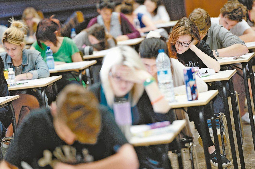 法國高中的哲學教育最希望培養的是學生們的批判思考能力及偏好。 圖/法新社