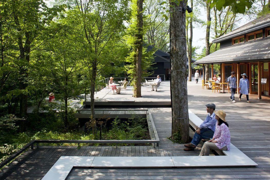 位於渡假村入口的榆樹街小鎮,名符其實就興建在榆樹生長茂密的河岸邊,行走其間彷若在...