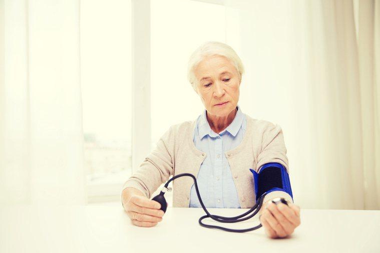 有餐後低血壓的患者,應該適當調整降壓藥的服藥時間,避免藥物作用的高峰時段與餐後重...