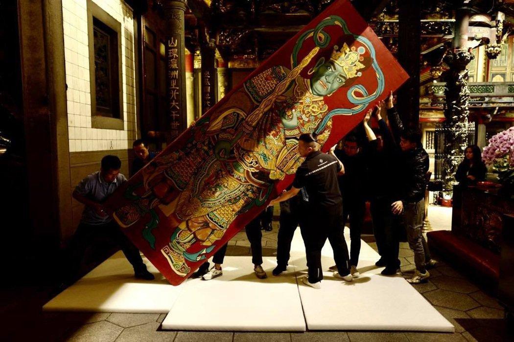 台北艋舺龍山寺,1966年由陳壽彝所繪哼哈二將中門門神,費時一年多在去年修復完成...