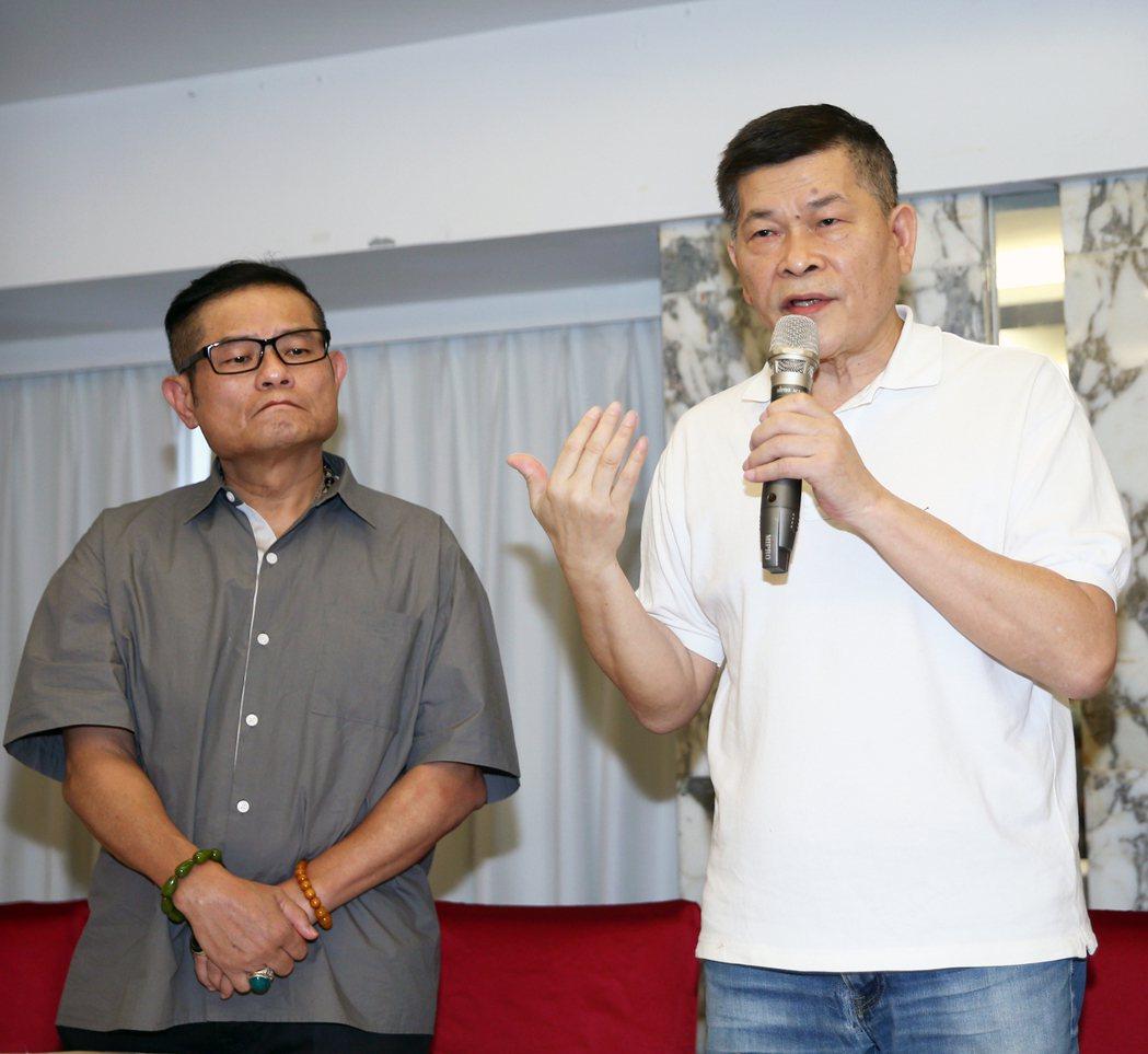 澎恰恰(右)在徒弟許效舜(左)陪同下宣布破產。記者蘇健忠/攝影