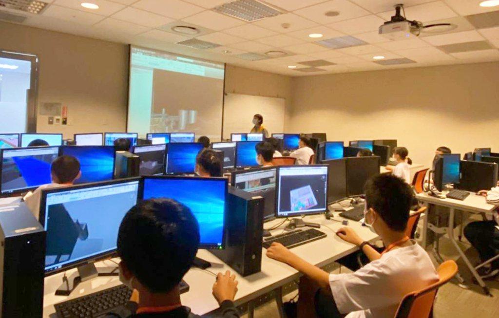中鼎研發工程師帶領學員進行3D立體模型線上操作。