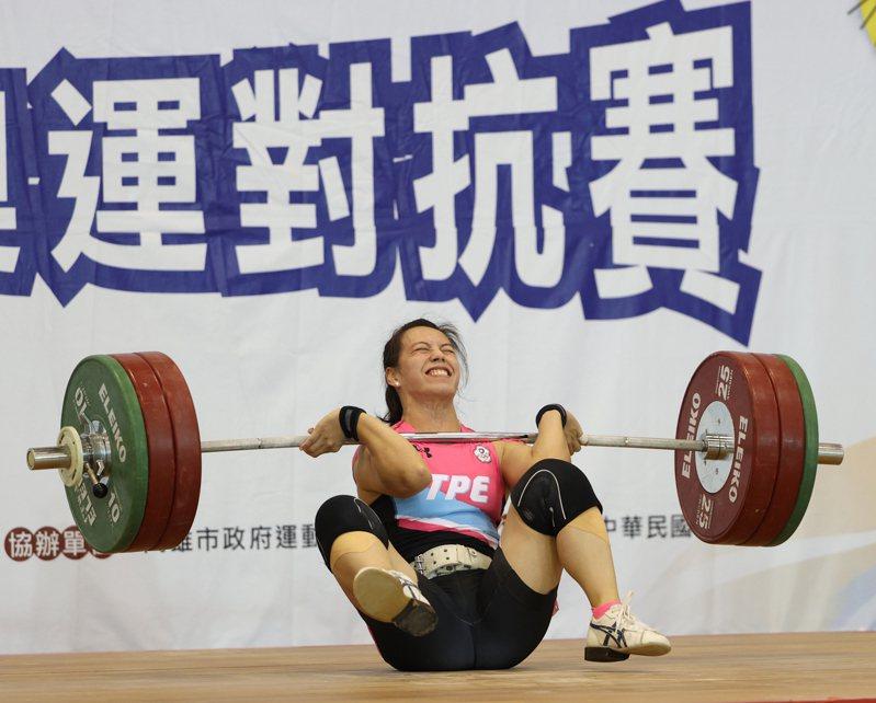 圖/國訓中心提供 郭婞淳在模擬東奧對抗賽的舉重場跌倒。