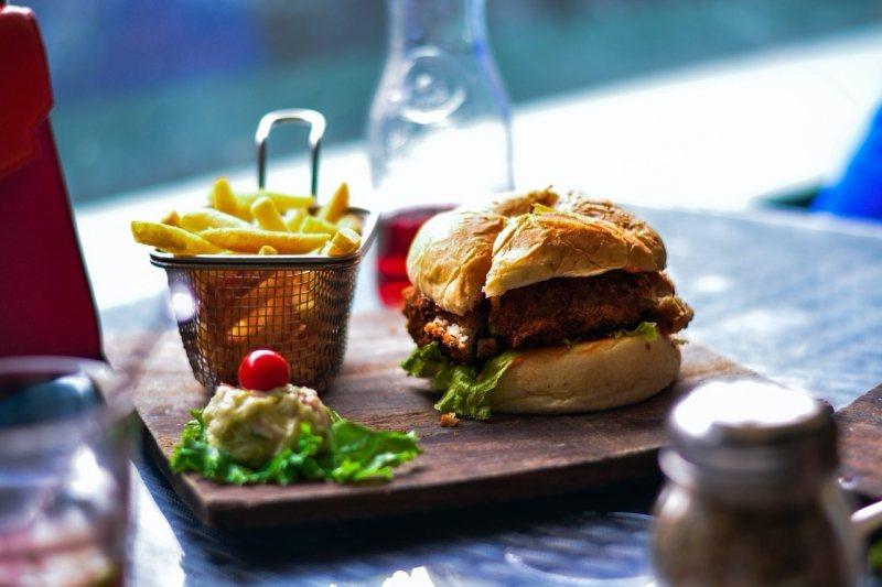 越來越多人視糖和精緻碳水化合物為主要健康殺手,譬如漢堡的麵包。速食被認為是無知者的食物,被貼上特別的譴責印記。 圖/pixabay