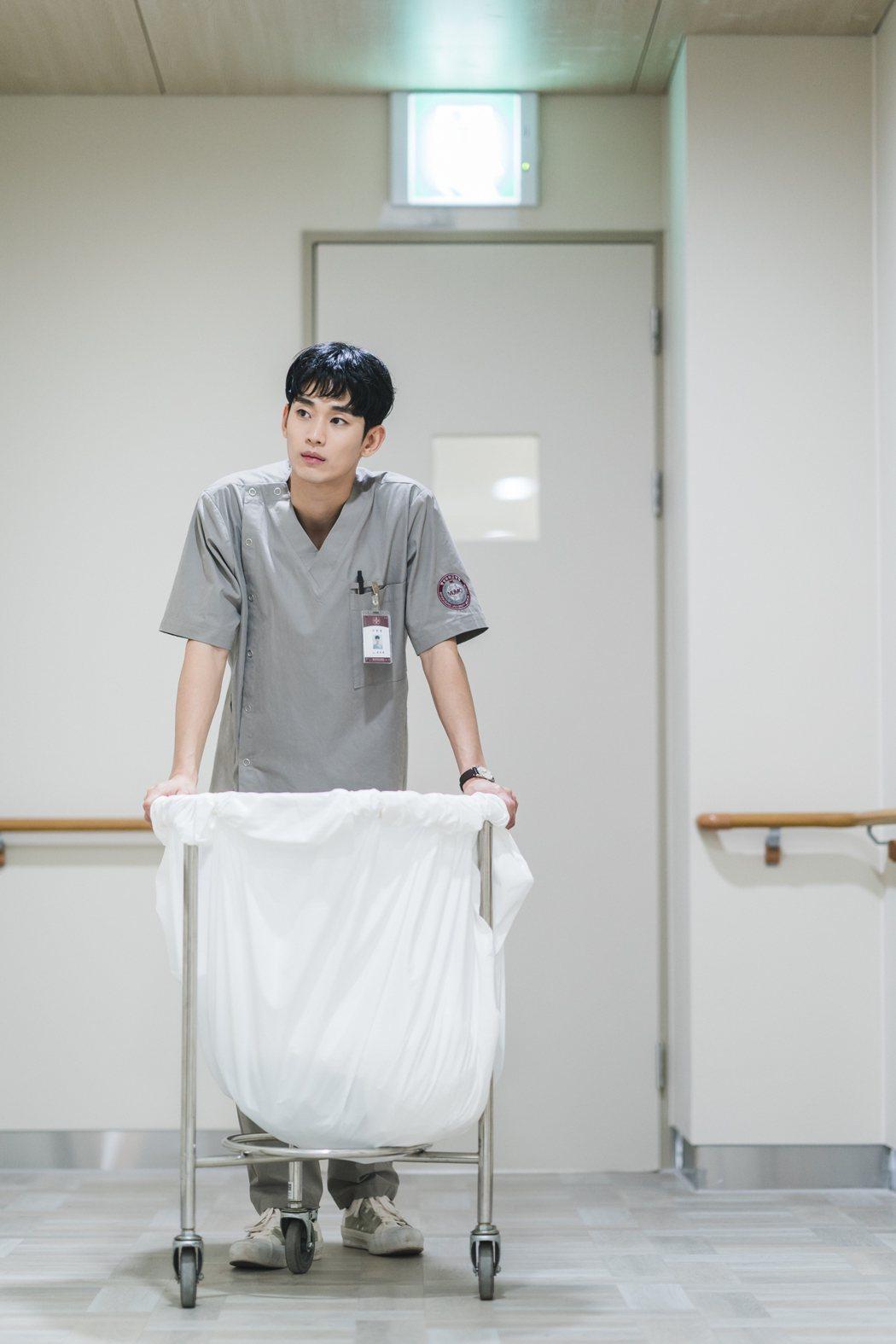 金秀賢在「雖然是精神病但沒關係」劇中飾演男看護。圖/Netflix提供