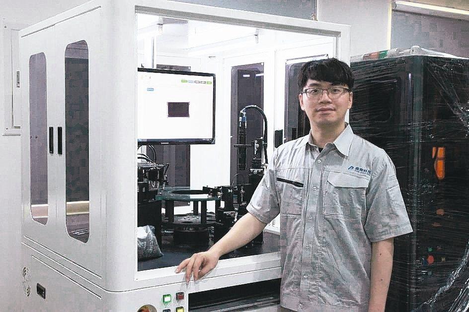 鼎宸科技總經理戴嘉輝展示所展出的小型電子元件高速光學篩選機。 業者/提供