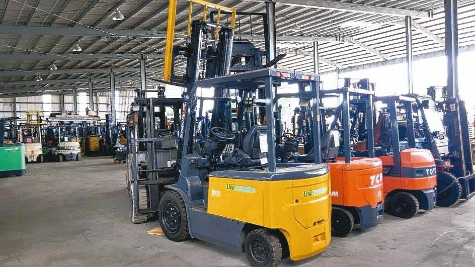 日日興貿易廠內擁有300多台堆高機,提供維修、買賣、租賃等服務。 業者/提供