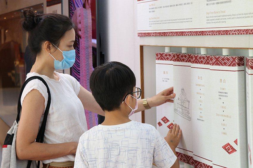 透過互動裝置,了解從取線到織布的繁複過程。 十三行博物館/提供