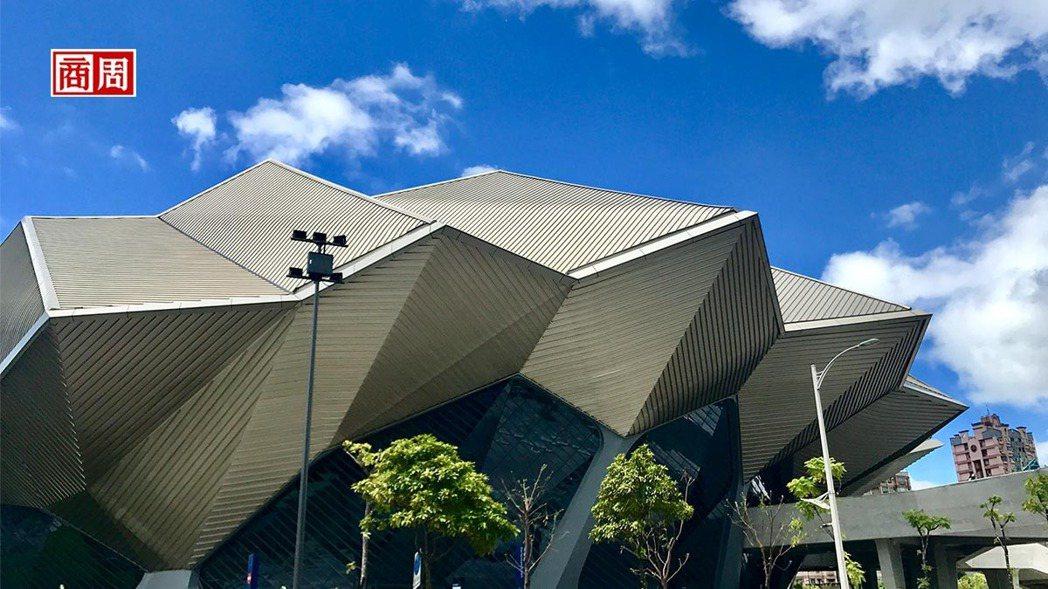 南港流行音樂中心的頭角崢嶸造型,充滿神秘色彩,讓人不禁想到外星飛碟母艦。(攝影者...
