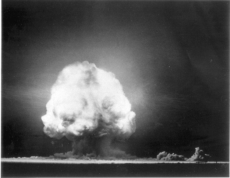 圖為美國一九四五年七月十六日在新墨西哥州北部沙漠中「三位一體核子試爆場」首次試爆原子彈的歷史檔案照片,在爆炸後十二秒拍攝。原子彈爆炸後從此改變世界,開始進入冷戰時期核武競賽。法新社