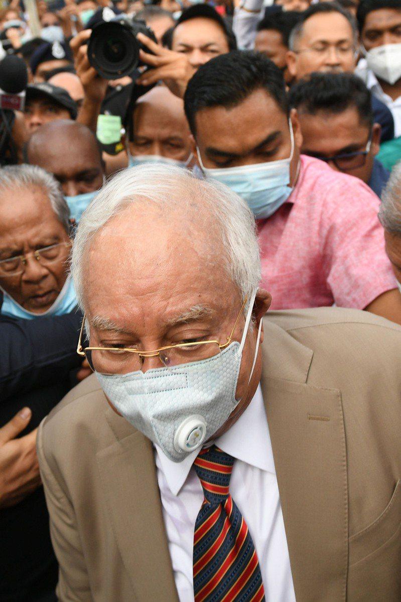 馬來西亞前總理納吉因涉嫌將國家基金「一馬發展公司」資金轉移至個人戶頭,被判七項罪名成立,圖為納吉出庭聆判。法新社