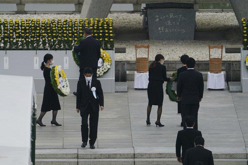 紀念原爆75週年儀式上午8時在廣島市和平紀念公園舉行,共有受難者、罹難者家屬、首相安倍晉三等日本政府官員,及約80國代表出席。 美聯社