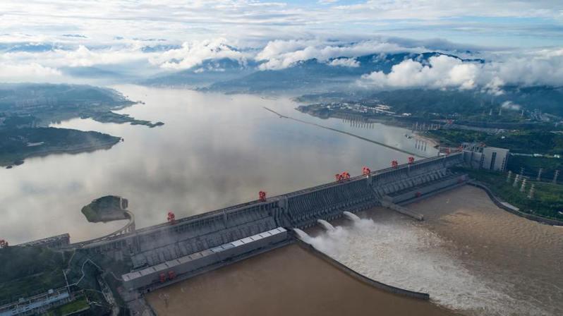 中國受到颱風及洪災侵擾,三峽大壩面臨崩塌危機,經濟復甦備受考驗。(photo by Twitter)