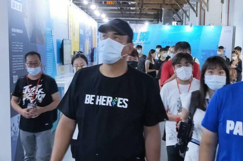 台灣巨砲陳金鋒逛運動展 粉絲簇擁笑談生涯