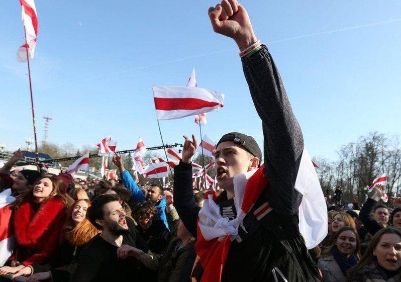 白俄羅斯即將迎來大選,但卻未依照慣例接受國際組織監督,人民走上街頭抗議,歐盟等組織也都表達譴責。(photo by Twitter)