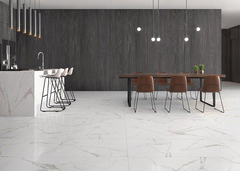 ▲「魚肚白」60X120cm大理石磁磚,取自著名的義大利礦區卡拉拉山,有白玉的透潤,也有雲絲的柔美高雅,適用於家中的餐廳或客廳。