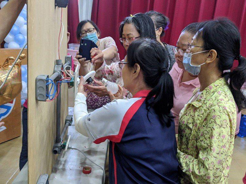 汐止區公所辦理女性居家水電修繕課程,從剪電線到自己做開關插頭,女學員們樂當水電工。 圖/觀天下有線電視提供