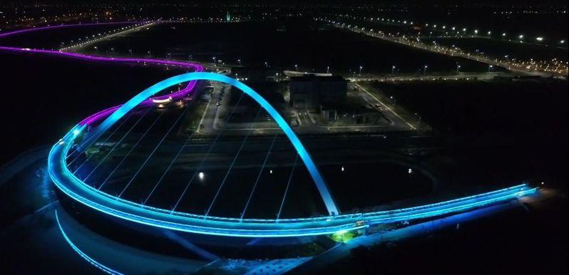 嘉義縣政府自立開發的馬稠後產業園區,結合觀光休閒,設計環繞園區的空中「策馬橋飛輿自行車道」,夜間點燈,彩虹色的燈光吸睛,被稱為「彩虹自行車道」。圖/縣府提供