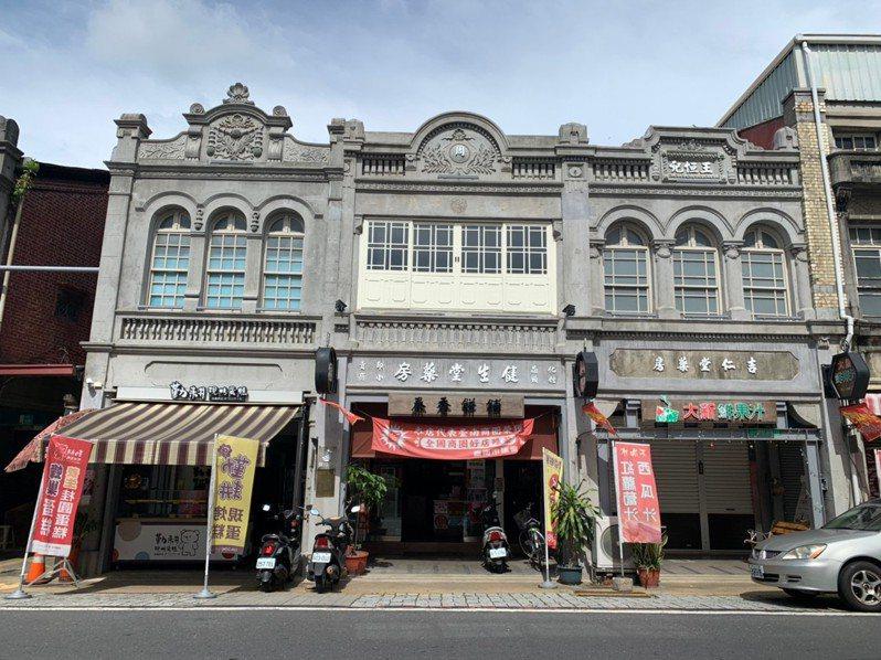 台南新化老街上泰香餅舖及鄰屋,歷經火災後重生。記者吳淑玲/攝影