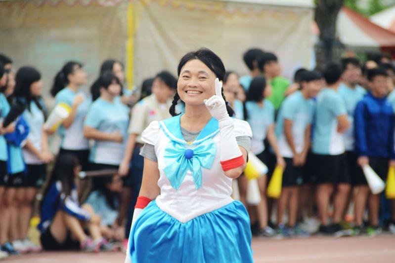 瀛海中學學務主任劉秋燕長期推動及投入體育運動,是學生心中的「美少女戰士」。圖/瀛海中學提供
