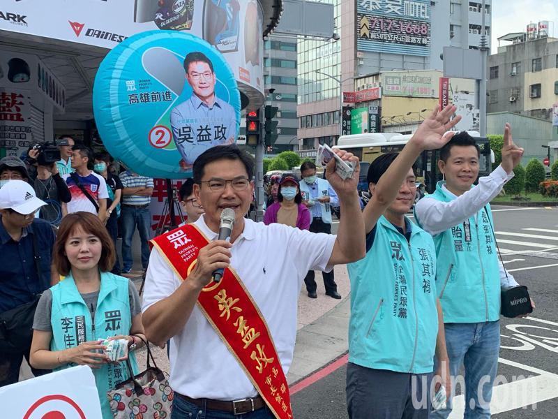 高雄市長補選民眾黨候選人吳益政表示,陳其邁與父親陳哲男或許為不同個體、有不同價值,但民進黨早已成為台灣的權貴,貪汙是整個結構性問題。記者徐如宜/攝影
