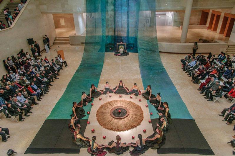 無垢舞蹈劇場在高美館《靜河流深》開幕式演出。圖/高美館提供