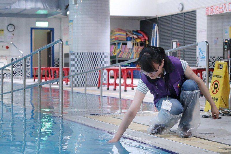 衛生局針對營業場所游泳池衛生安全進行水質抽驗。圖/北市法務局提供