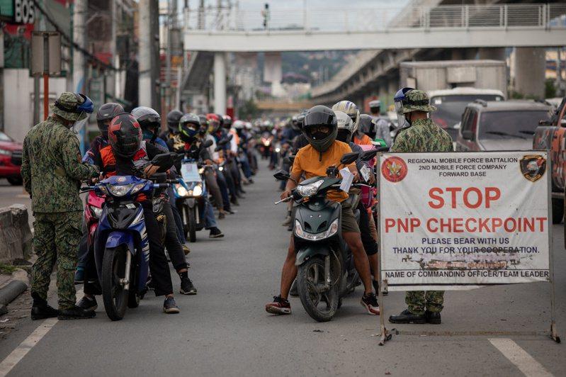 菲律賓因疫情實施嚴格封鎖,上季GDP萎縮16.5%,為紀錄編纂以來最大降幅。路透