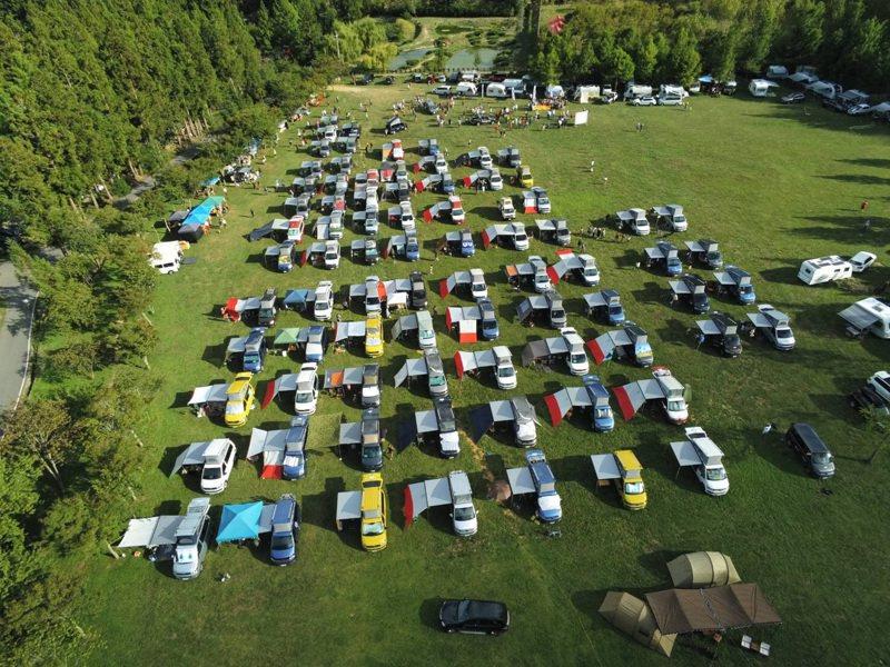 100多輛露營車8月1日進入武陵農場北谷區大草原露營,遭民眾質疑破壞生態。圖/民眾提供