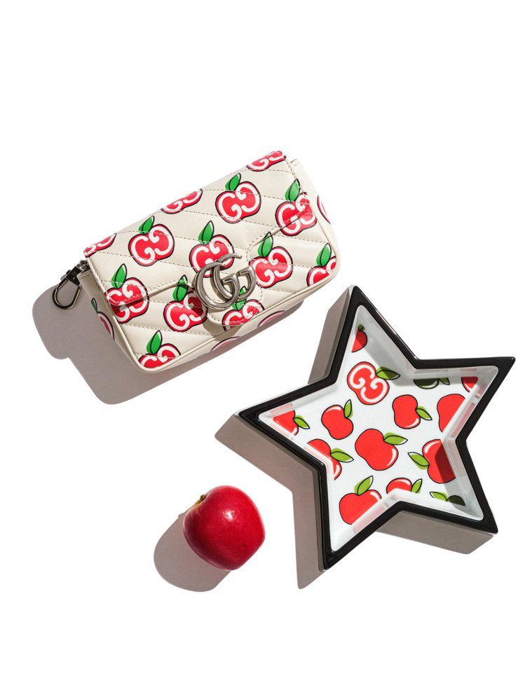 GUCCI推出七夕情人節特別系列,選用紅色的手繪蘋果印花巧妙結合經典雙G Log...