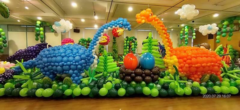 苗栗縣頭份市藝術館「氣球侏儸紀」展,即日必須口罩參觀。圖/頭份市公所提供