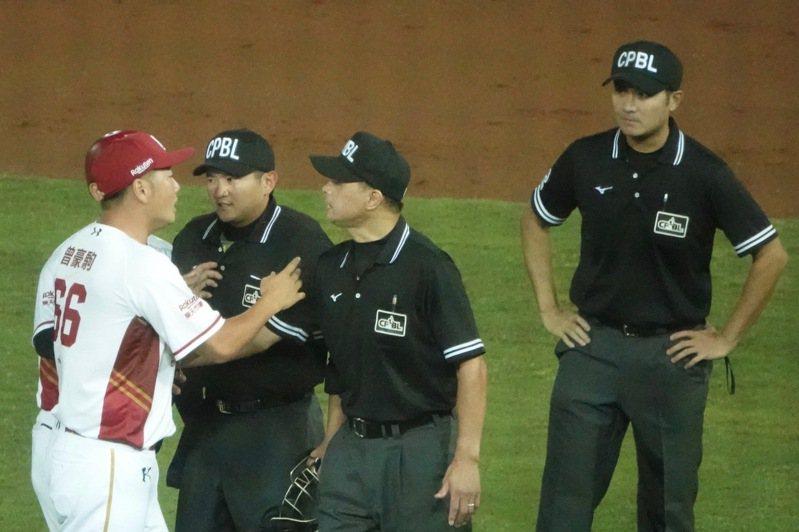 樂天桃猿隊總教練曾豪駒(左)昨晚(5日)因二壘審的爭議判決,與裁判進行爭執。記者蘇志畬/攝影