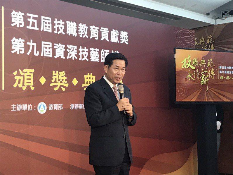 潘文忠今天出席第五屆技職教育貢獻獎頒獎典禮,會前接受媒體聯訪。記者潘乃欣/攝影