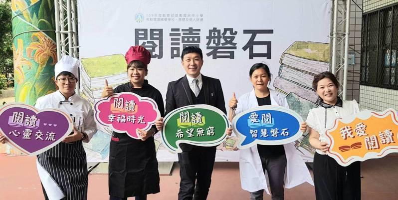 化仁國中以「米其林餐廳」為概念,設計閱讀「菜色」,以提升學生閱讀能力。圖/化仁國中提供