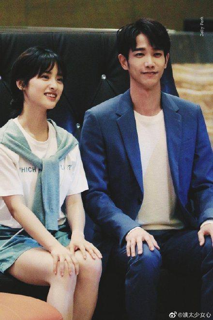 劉以豪(右)、沈月搭檔演出「我親愛的小潔癖」。圖/摘自微博
