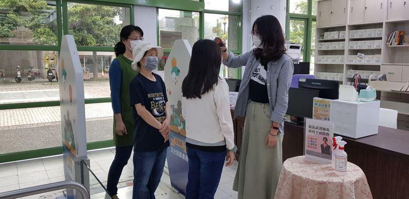 花蓮縣衛生局呼籲,民眾若進出密閉空間應戴上口罩防疫。圖/花蓮縣衛生局提供